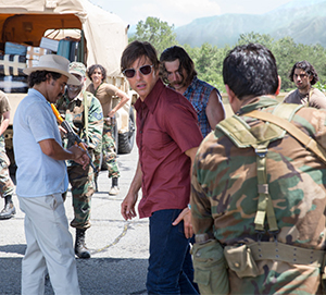 Barry Seal (Tom Cruise) deals with drug lords