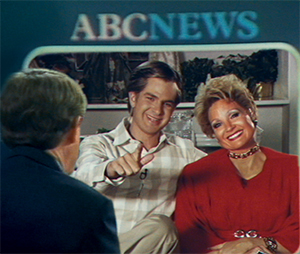 Jim (Andrew Garfield) and Tammy Faye (Jessica Chastain)