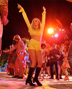 Sharon Tate (Margot Robbie) boogies like it's 1969